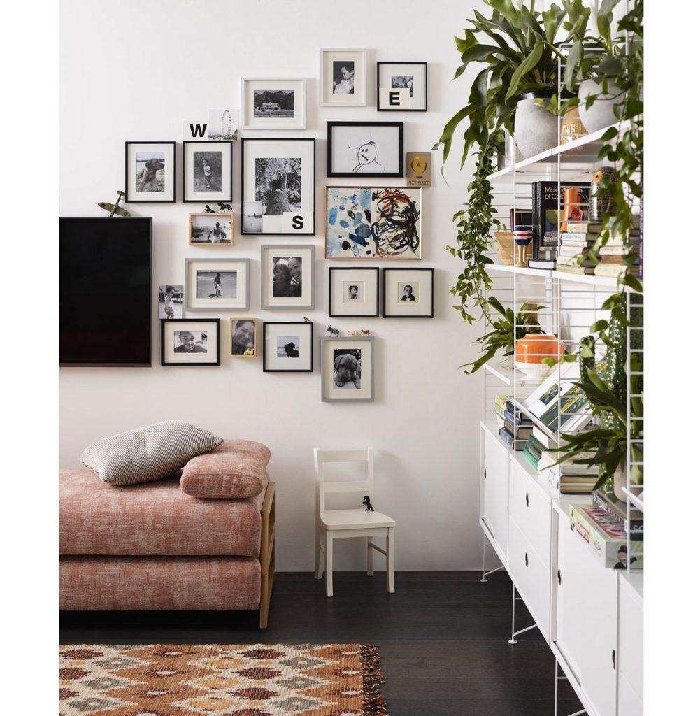 obývačka s kolážou obrazov rôznych veľkostí