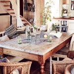 vidiecka jedáleň s rustikálnym dreveným stolom kombinovaným s prútenými kreslami a drevenou lavicou