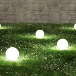 Osvetlenie umiestnené v trávniku.