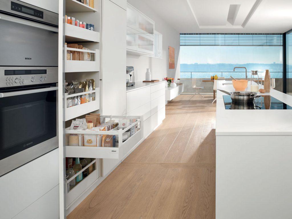 kuchynská biela potravinová skriňa s vnútornými zásuvkami na koľajničkách