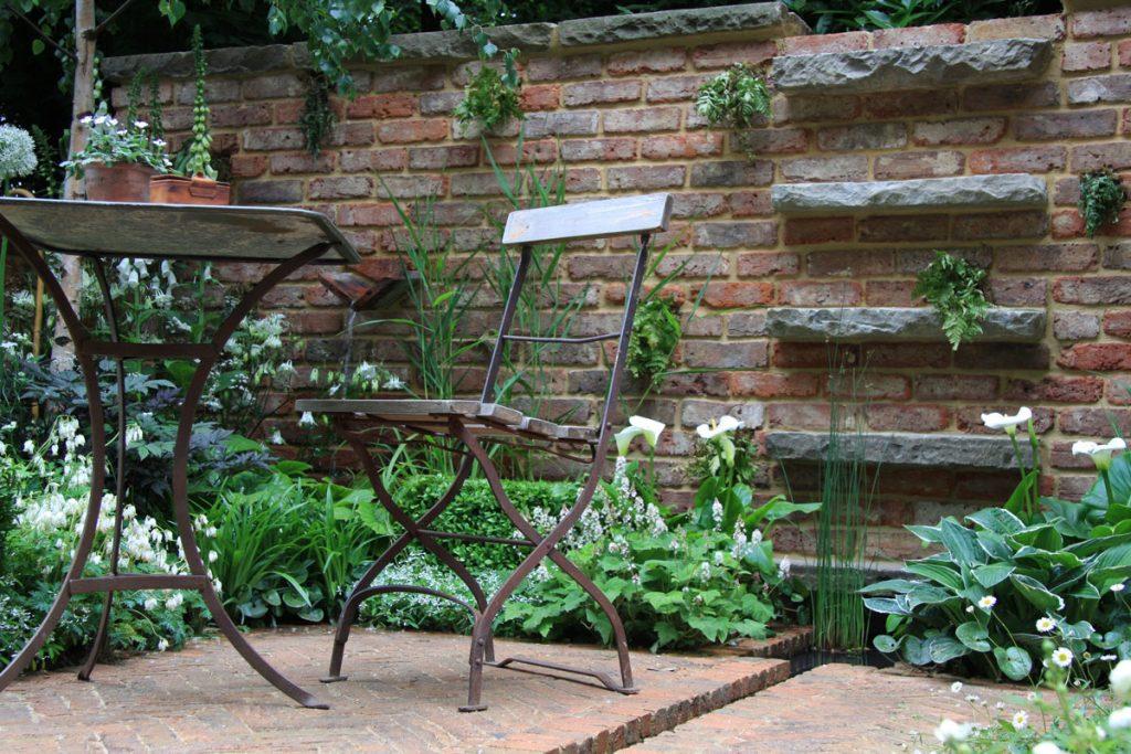 záhrada s tehlovou stenou