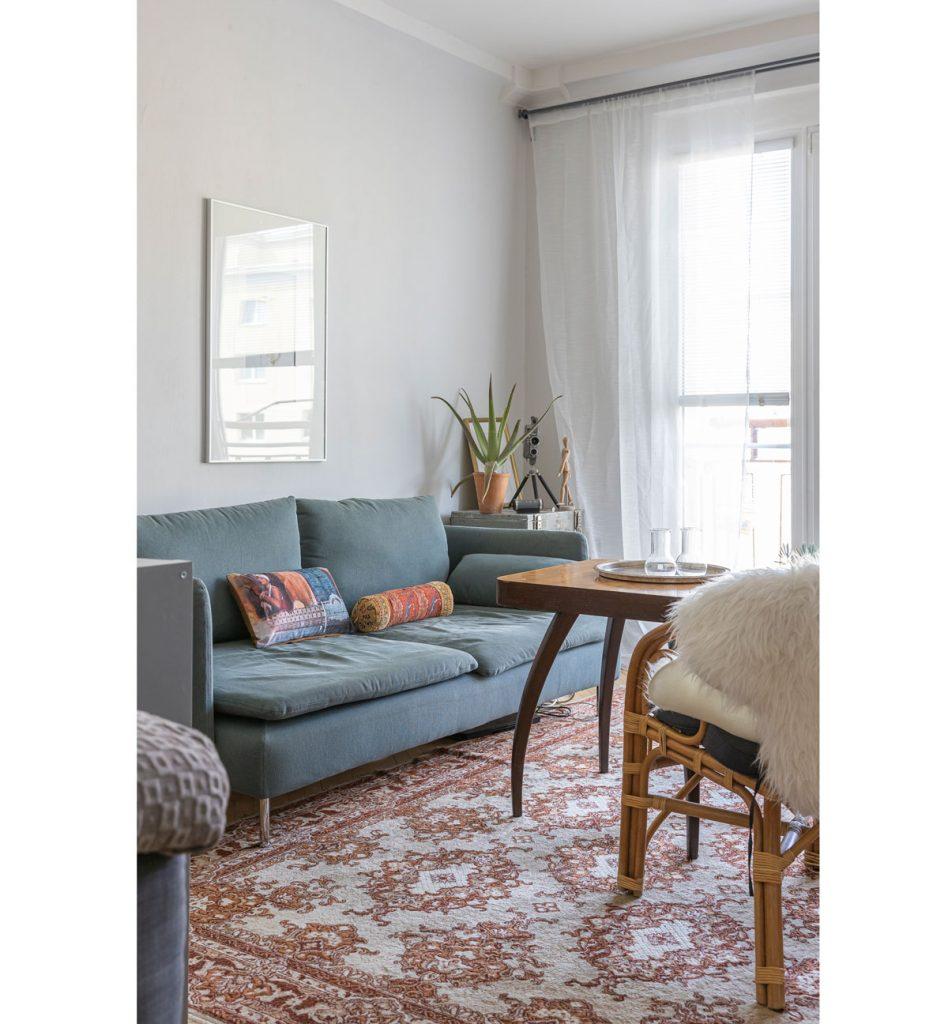 retro obývačka so starším nábytkom a kobercom po starých rodičoch