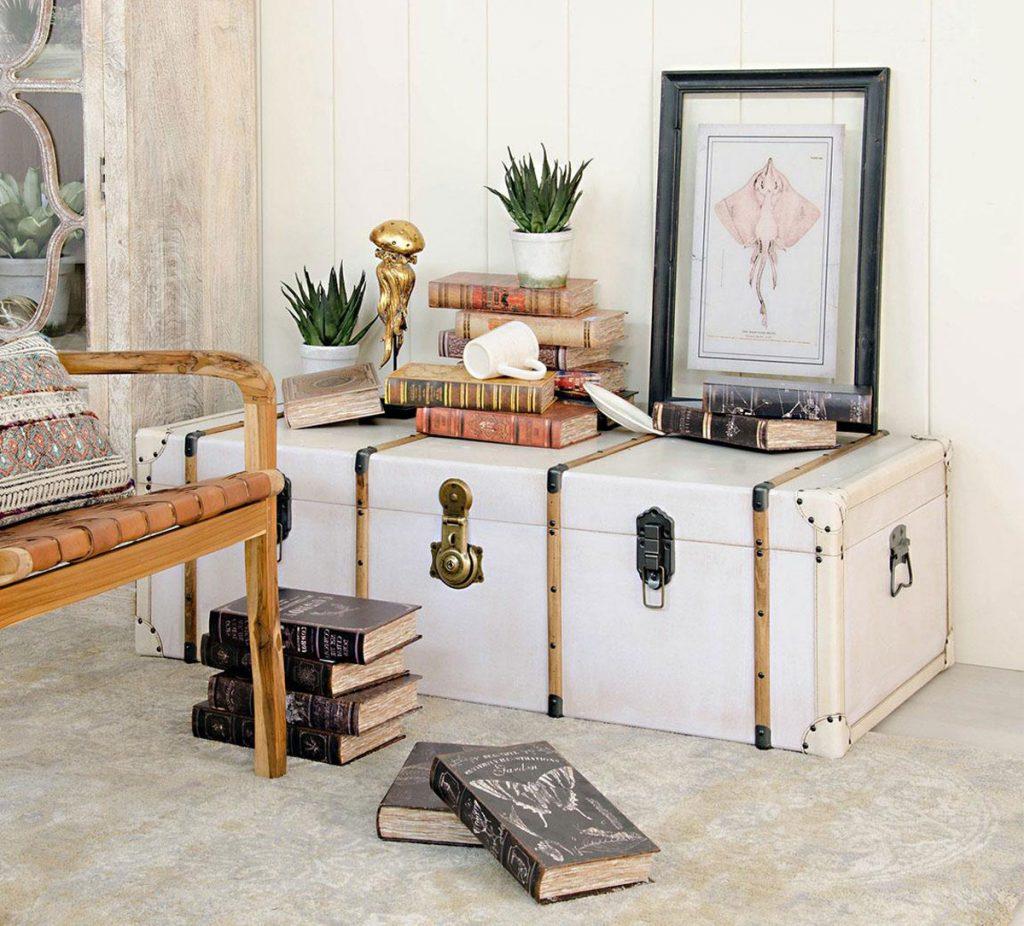 stará truhlica prerobená na stolík