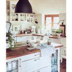 vidiecka kuchyňa s kuchynskou linkou a ostrovčekom s drevenými pracovnými doskami a bielymi skrinkami