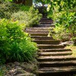 chodník zo železničných podvalov a kameňa vo svahovitej záhrade