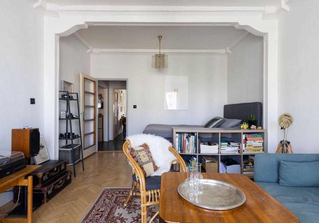 retro byt s pôvodnými parketami, starým nábytkom a starožitnosťami