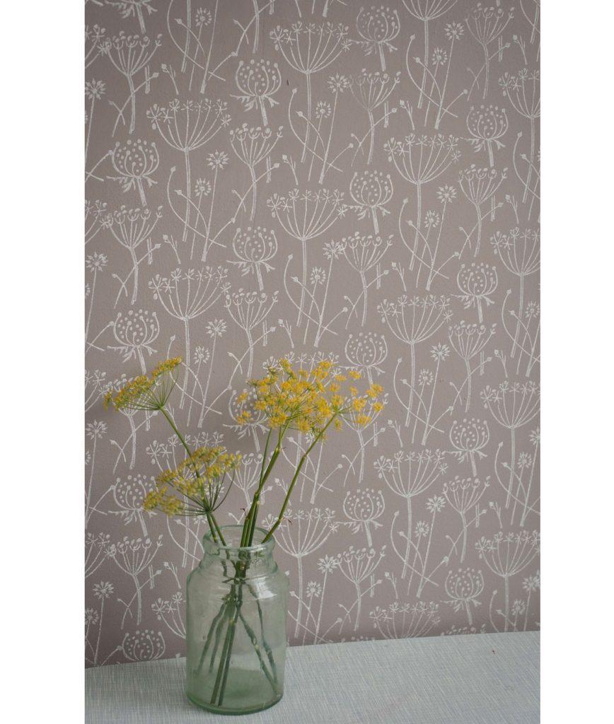 valčekovaná stena so vzorom kvetín