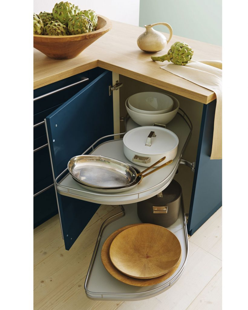 skrinka s otočným systémom na uskladnenie kuchynských riadov