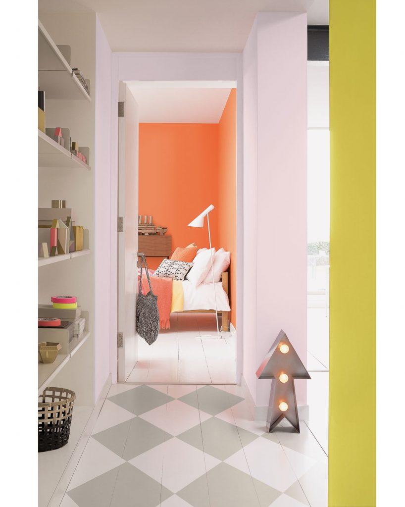 interiér s podlahou uloženou v geometrických vzoroch
