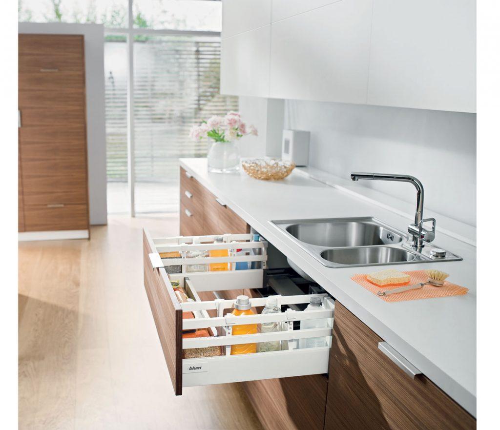 výsuvný odkladací priestor pod kuchynským drezom