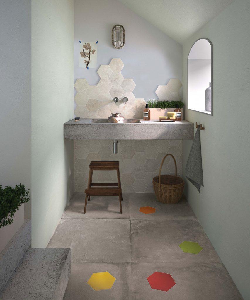 šesťuholníkový keramický obklad v kúpeľni s efektom neukončenia