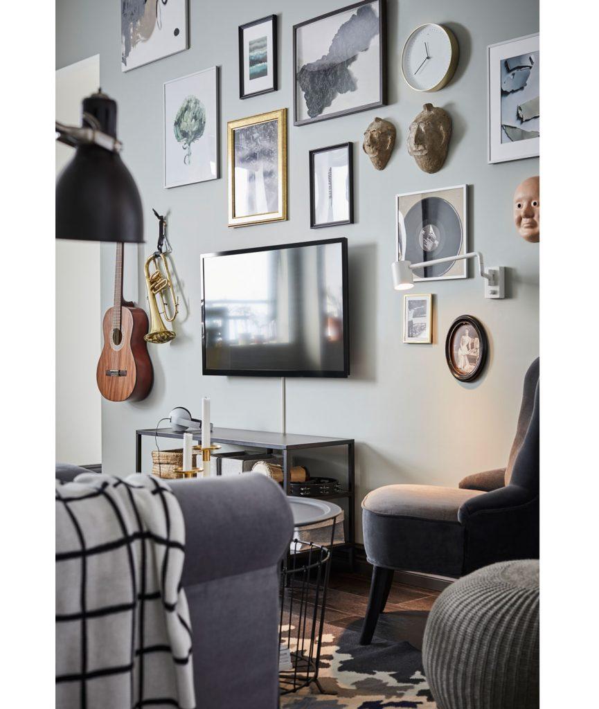 obývačka s obrazmi rôznych veľkostí a s inými dekoráciami zavesenými okolo televízie
