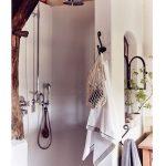 kúpeľňa vo vidieckej chalupe s drevenými trámami a sprchovacím kútom