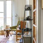 retro obývačka s regálom, na ktorom sú staré fotoaparáty slúžiace ako dekorácia