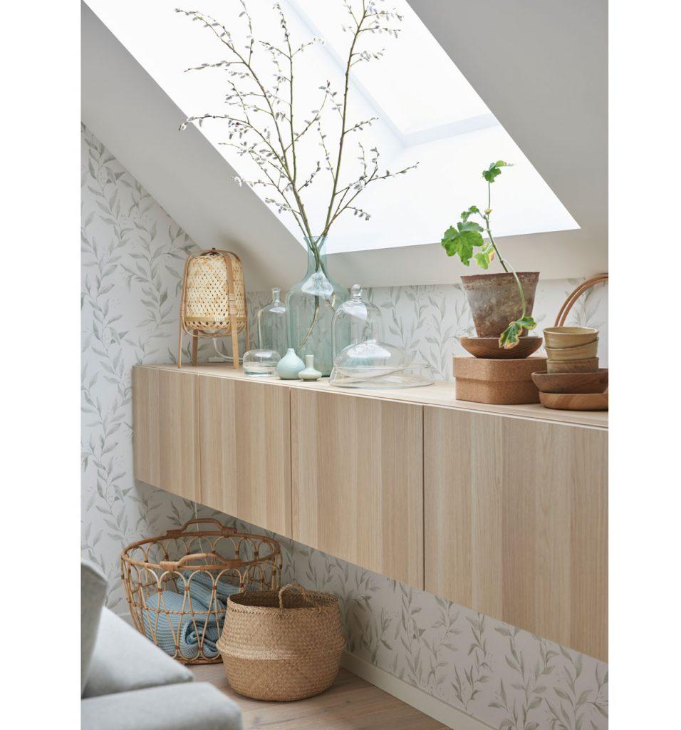 miestnosť v natur štýle s pletenými košmi, rastlinami a drevenými závesnými skrinkami