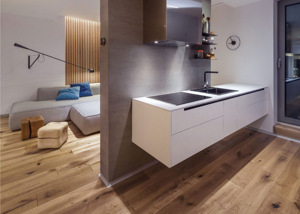 kúpeľňa a spálňa prepojená rovnakým typom tmavej podlahy