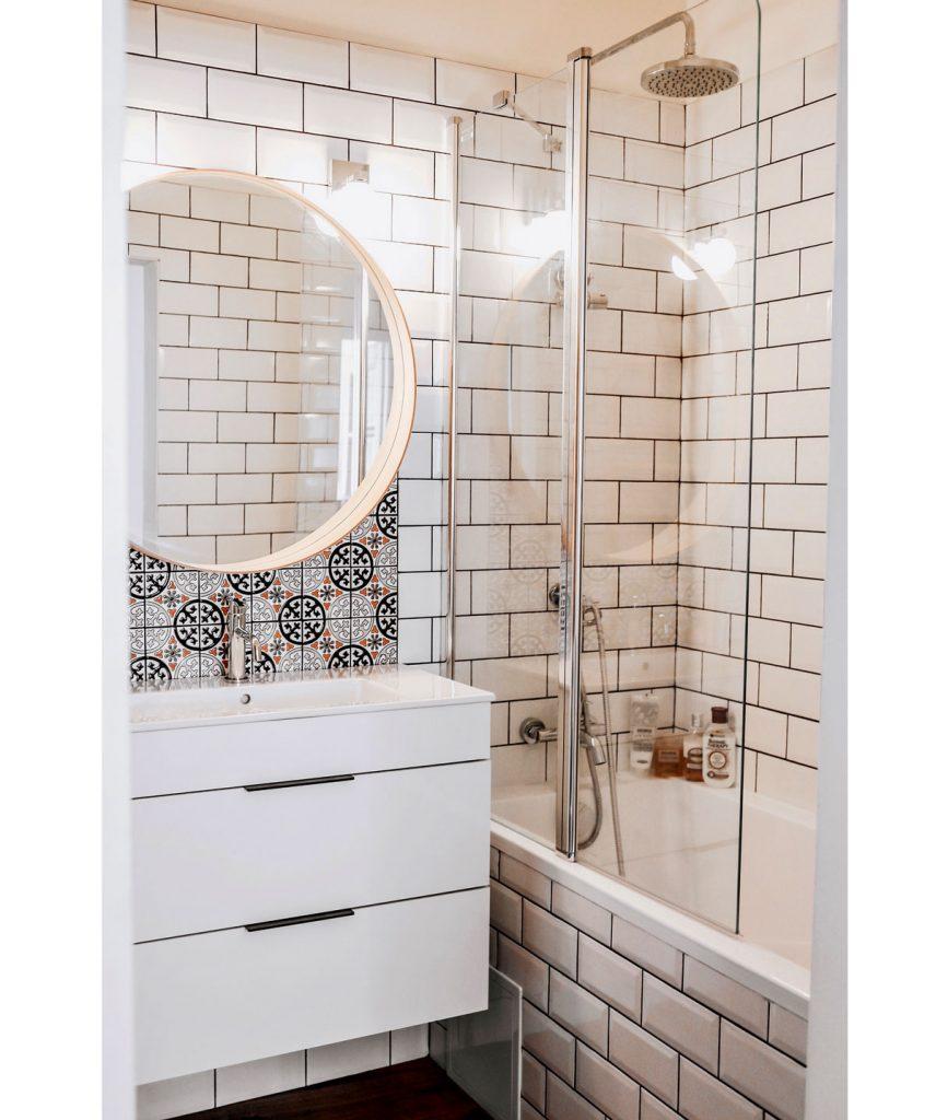 kúpeľňa s kombinovaným bielym a vzorovaným keramickým obkladom
