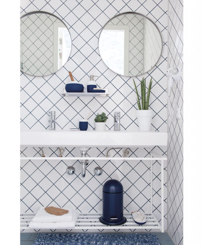 kúpeľňa s bielym obkladom uloženým diagonálne v 45 stupňovom uhle