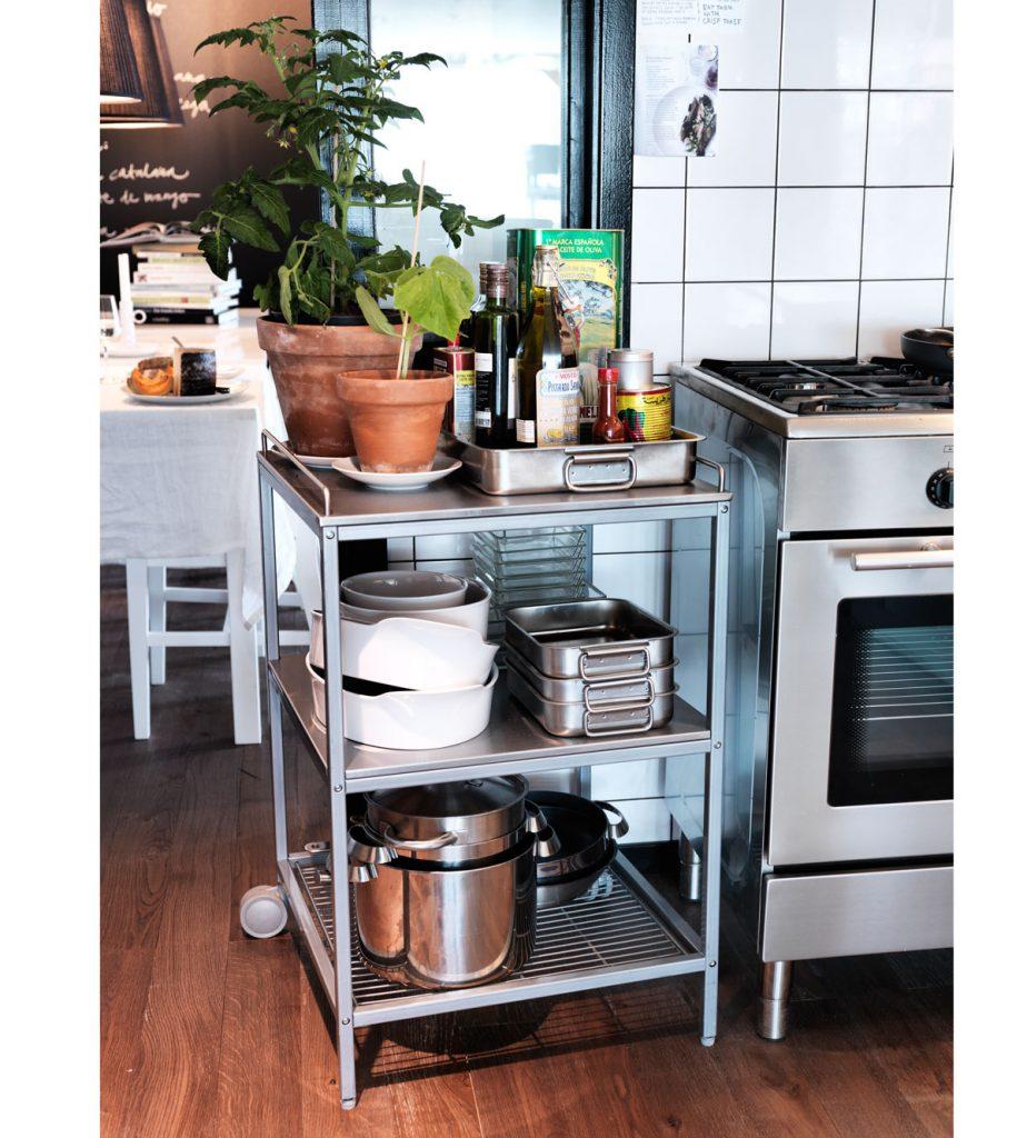 prenosný kovový stolík s poličkami na odkladanie kuchynského riadu