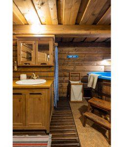kúpeľňa zariadená dreveným nábytkom s kaďou namiesto vane