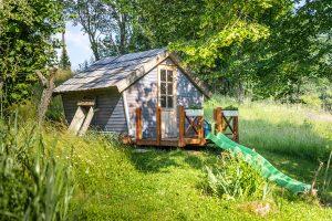 drevený záhradný domček pre deti s terasou a šmýkalkou