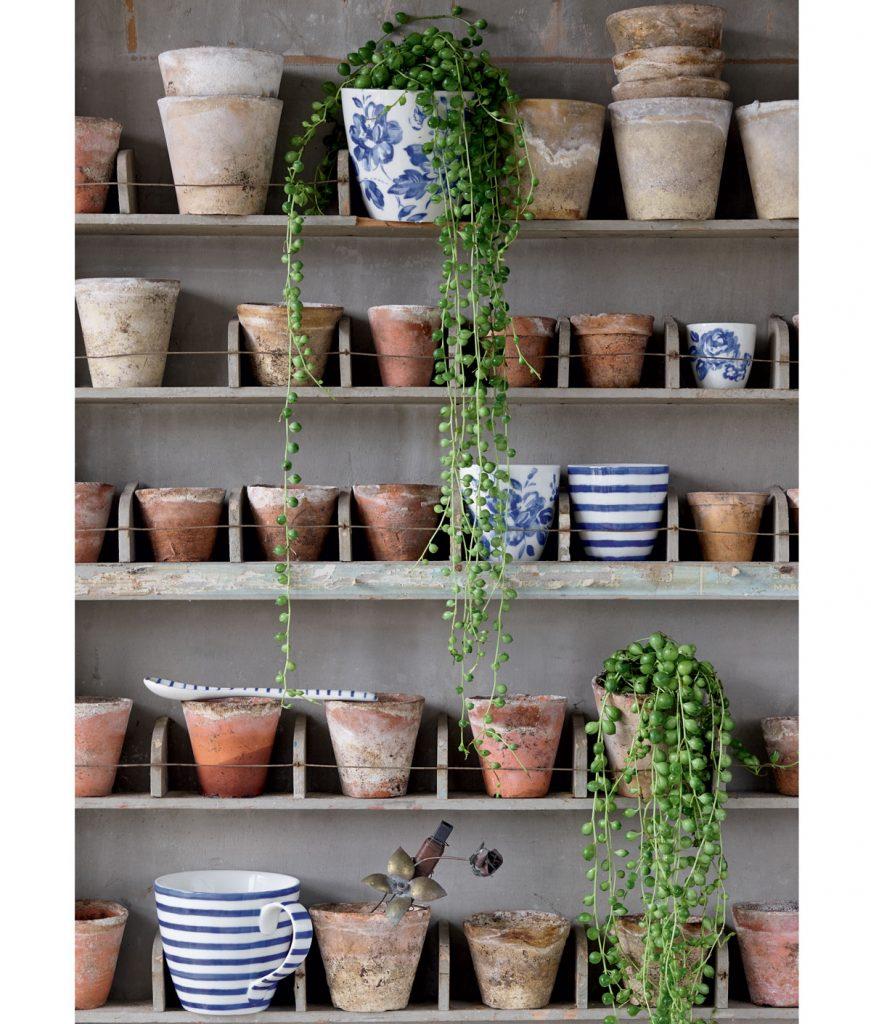 police na kvetináče zhotovené z drevených škatúľ na náradie