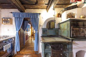 kuchyňa v drevenici s kachľovou pecou