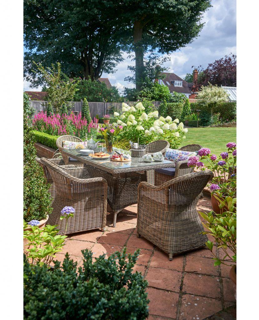 terasa s prúteným záhradným nábytkom