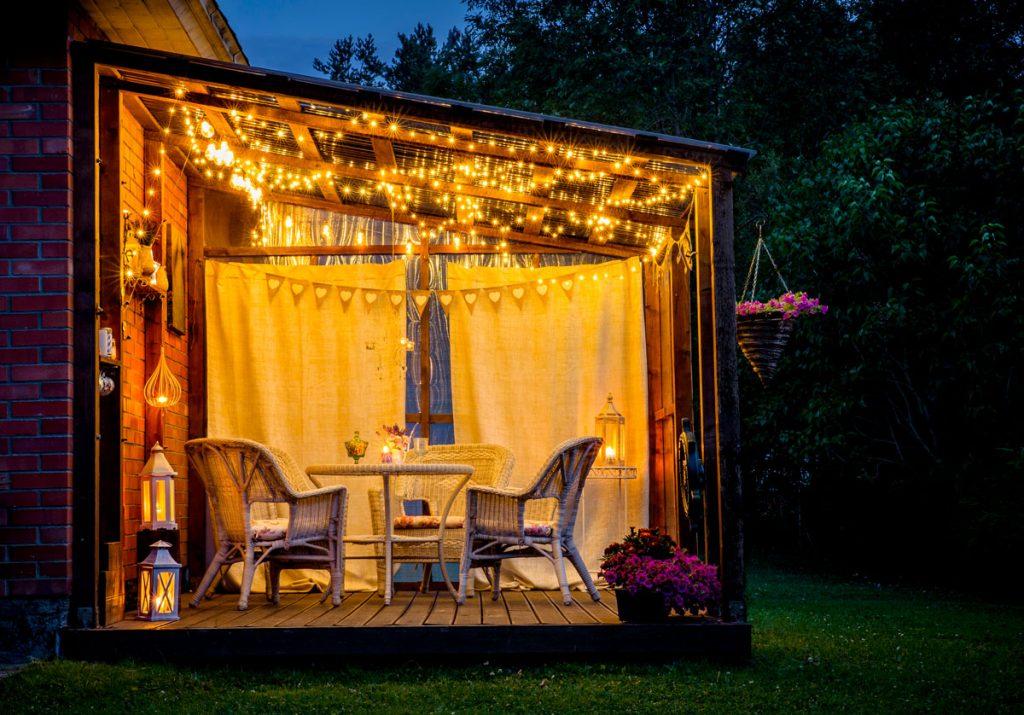 Záhradná terasa s pergolou, sedením a osvetlením