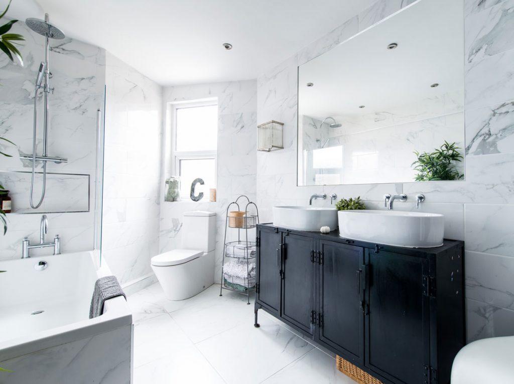 kúpeľňa s bielym obkladom v imitácii mramoru