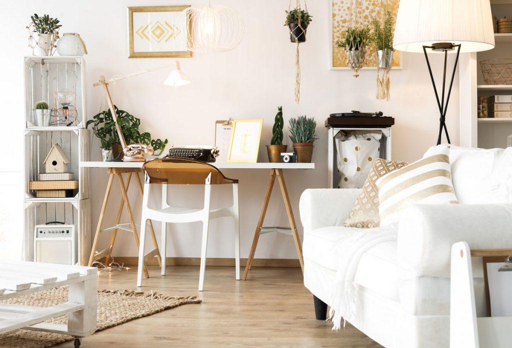 industriálny interiér s policami z prepraviek, paletovým stolíkom a dreveným pracovným stolom so stoličkou