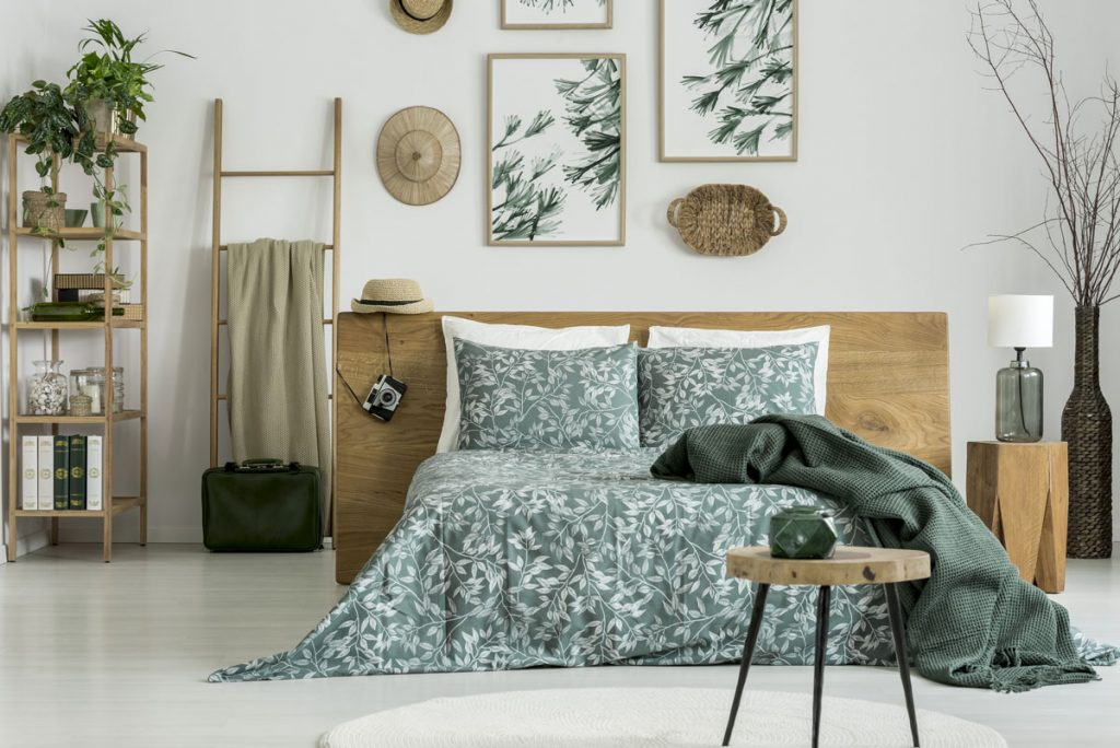 spálňa v prírodnom štýle, s dreveným nábytkom a kvetinovými motívmi