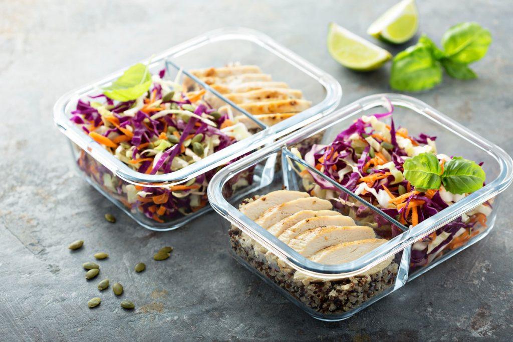 zdravé jedlo z kuracieho mäsa a zeleniny v sklenenom obedári