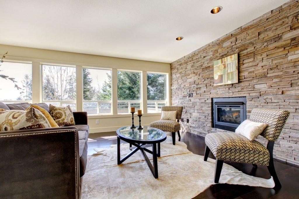 interiér obývačky s kamenným obkladom