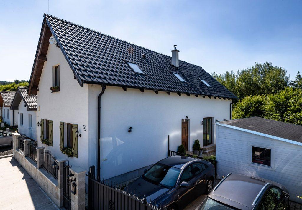 rodinný dom s čiernou keramickou škridlou