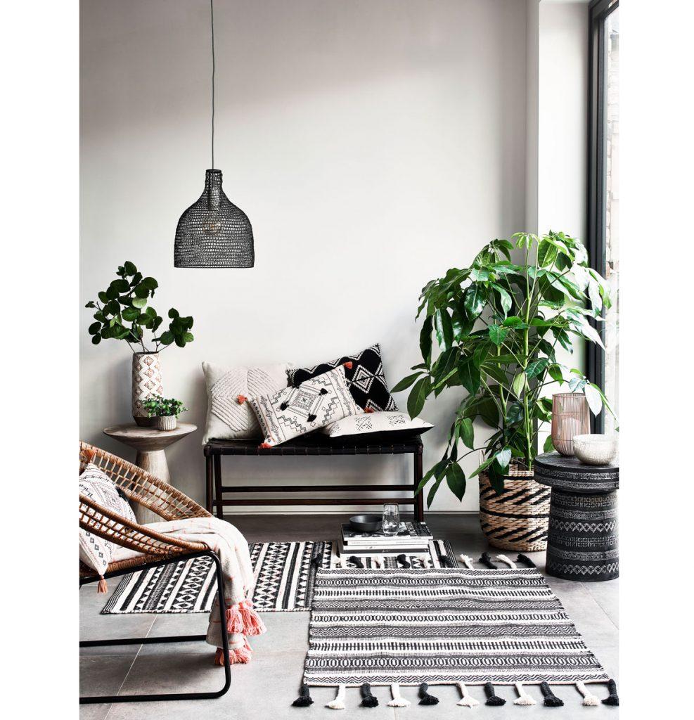 interiér so vzorovanou čiernobielou kombináciou na textíliách