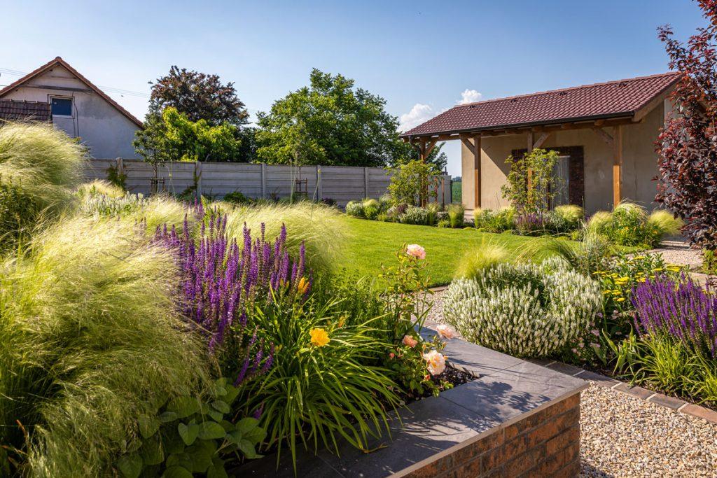 Veľkú jamu na pozemku zmenili na elegantnú a praktickú záhradu