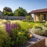 rodinný dom so záhradou v prírodnom štýle s kvetinovými trvalkovými záhonmi a okrasnými trávami