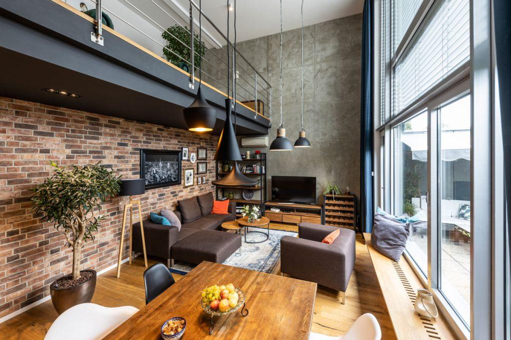 mezonet v industriálnom štýle s prírodnými materiálmi a tehlovou stenou
