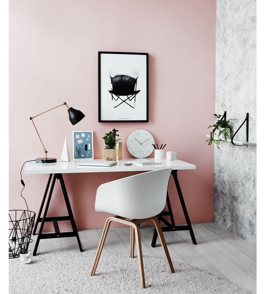 pracovný kút s bielym stolom a s bielou stoličkou, s kĺbovou retro lampou a jednoduchými kancelárskymi doplnkami