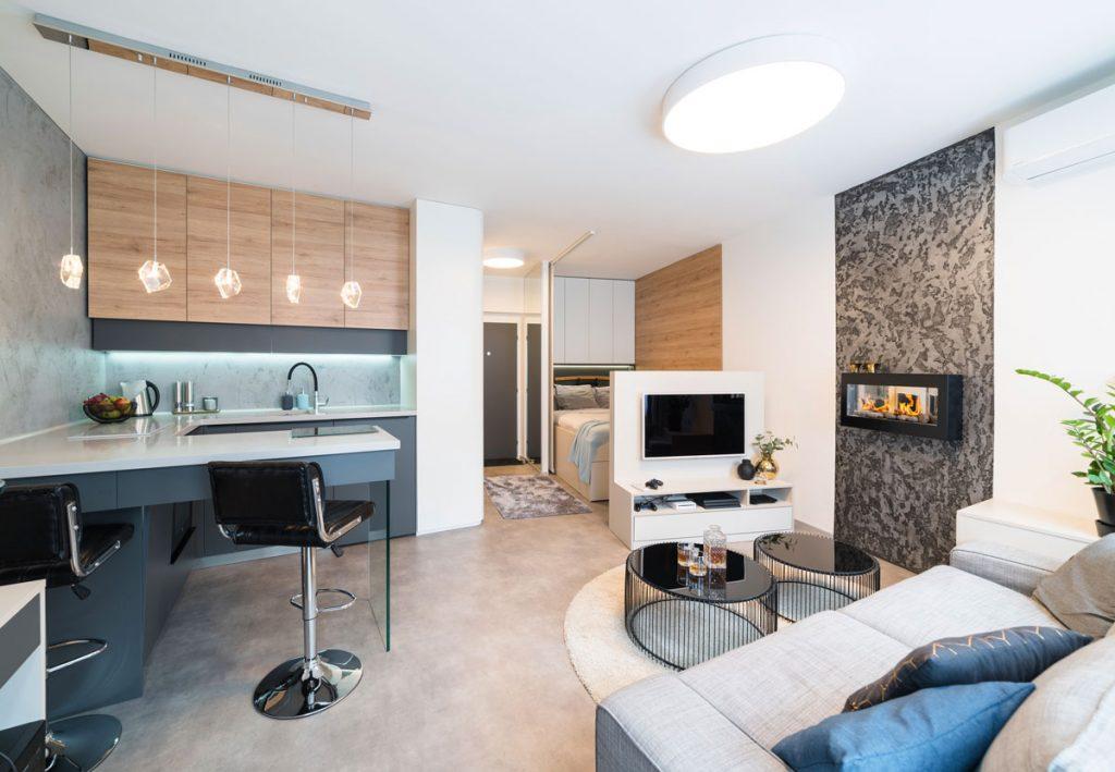 pánsky interiér v garsónke zariadený v modernom štýle s lesklými povrchmi a biokrbom
