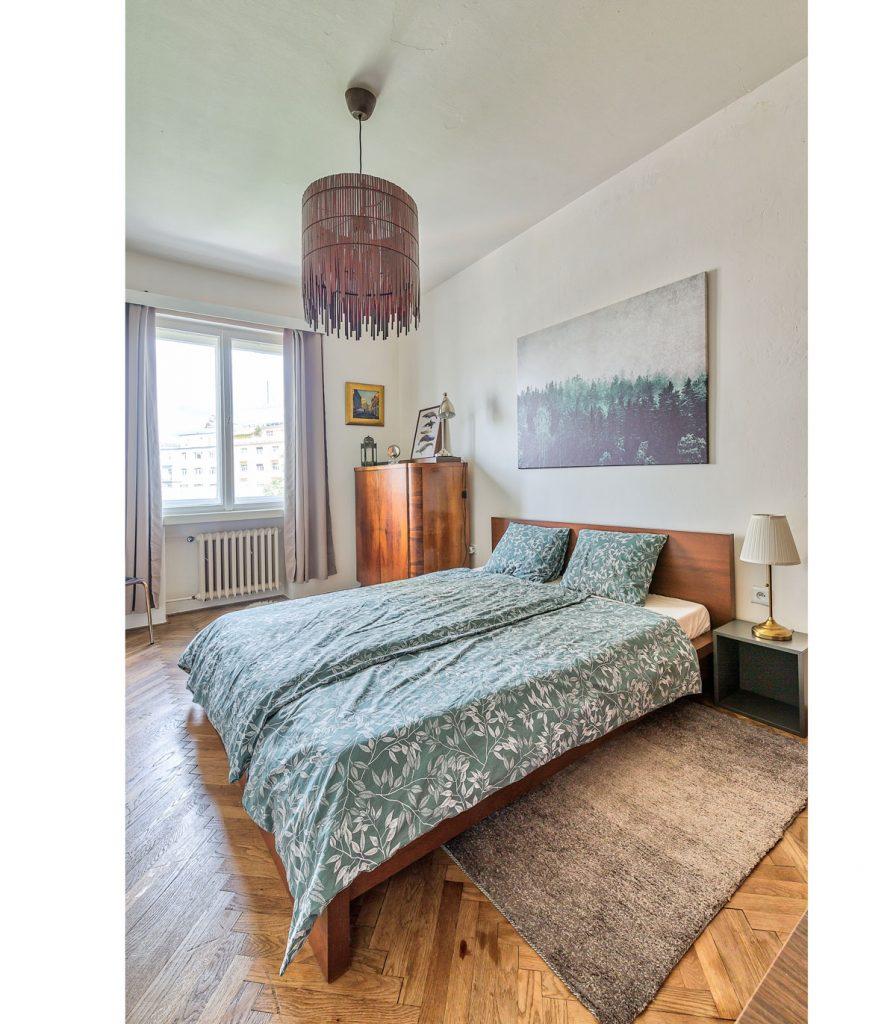 spálňa v retro štýle zariadená starším nábytkom