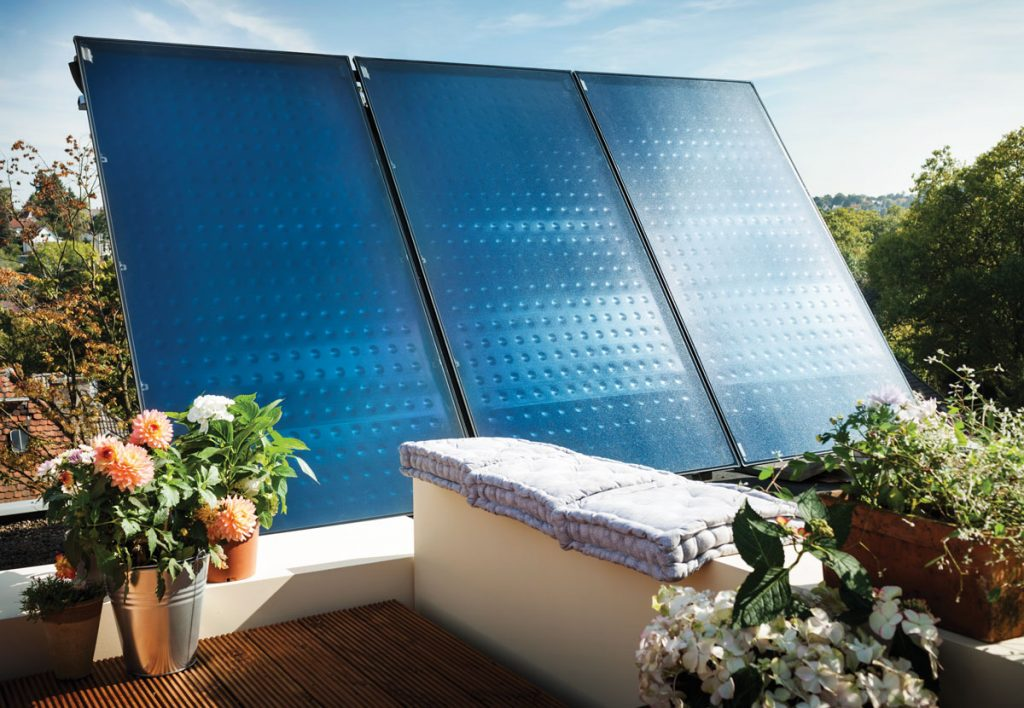 solárne panely umiestnené na terase domu