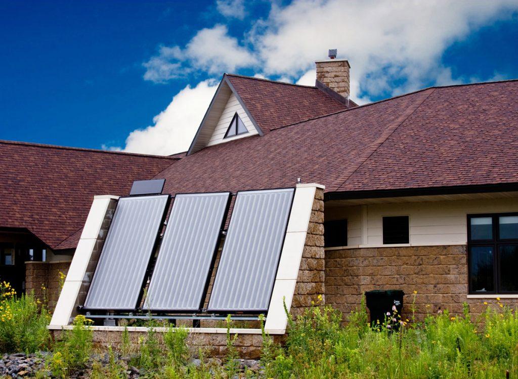rodinný dom so solárnymi panelmi
