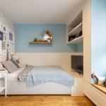 dievčenská izba v odtieni bledomodrej, s úložnými priestormi, posteľou, malým bielym stolíkom a tehlovou bielou stenou