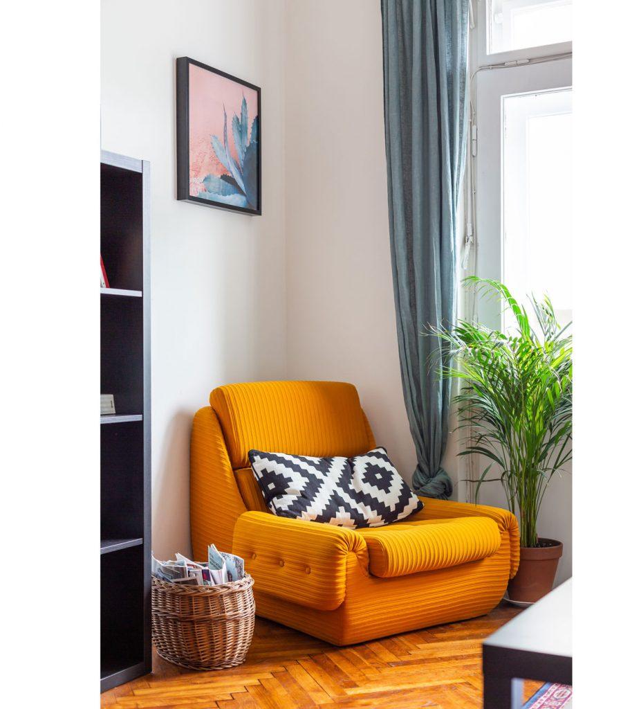 interiér s oranžovým kreslom