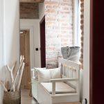 predsieň s bielym a dreveným nábytkom a s tehlovou stenou