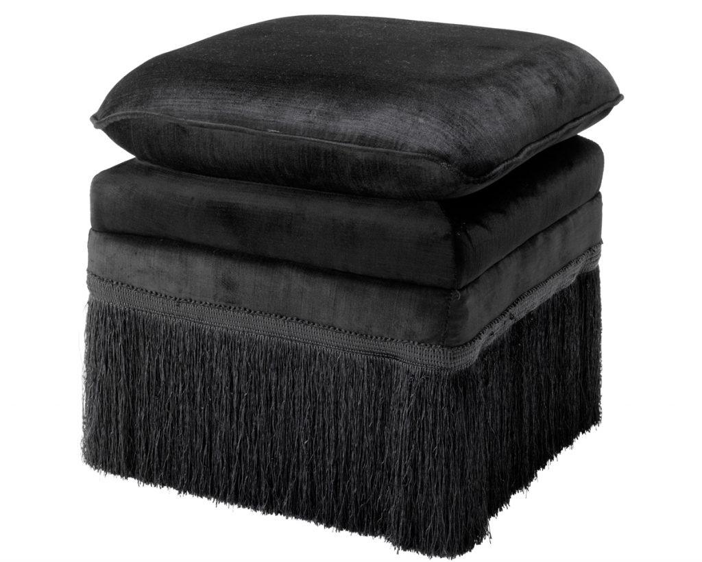 čalúnená čierna taburetka so strapcami