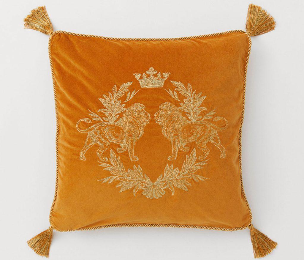 oranžový poťah na vankúš s vyšívaným motivom a strapcami