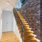 podsvietené schodisko v mezonetovom byte